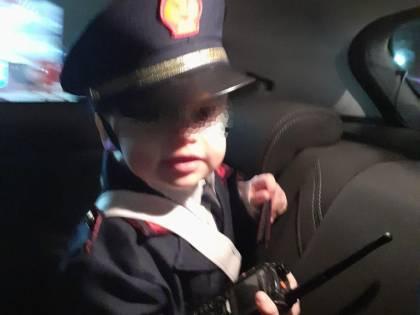 Sconfigge il cancro a 3 anni e lascia l'ospedale da eroe: vestito da poliziotto