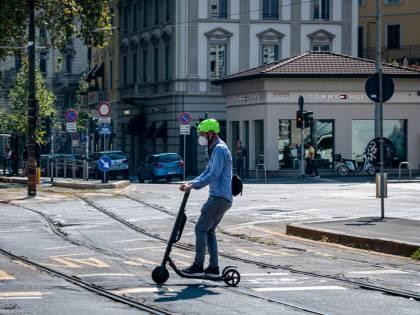 In monopattino senza casco: prime multe a Firenze