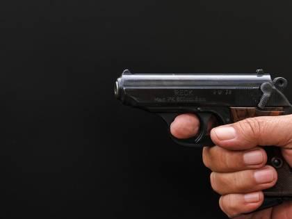 I rapinatori entrano in casa: 12enne prende la pistola e spara salvando la nonna