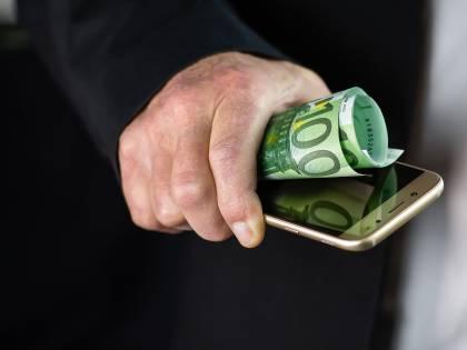 Via l'assegno per il cellulare? La lista dei bonus a rischio