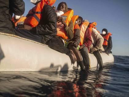 Migranti, 800 sbarchi a Lampedusa. E un barcone si ribalta