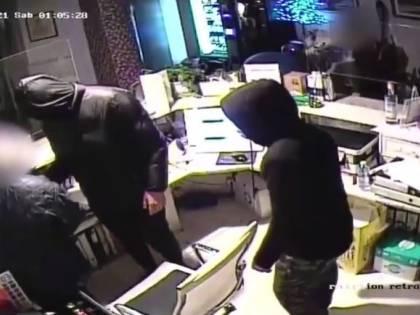 Assaltano un albergo, sequestrano il portiere e scappano in monopattino