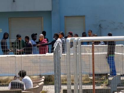 """Migranti in fuga dall'hotspot di Pozzallo: """"Fra loro potrebbero esserci positivi"""""""