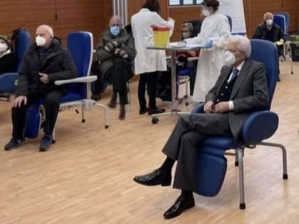 """La gaffe di Zingaretti: posta la foto di Mattarella, ma non vede """"l'intruso"""""""