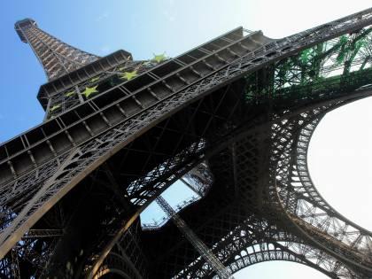 """""""Tour Eiffel costruita con il nostro ferro. La Francia deve restituirla all'Algeria"""""""