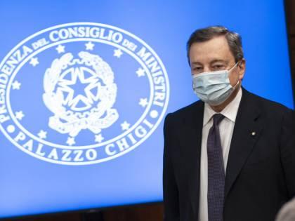 """Asse Draghi-Macron per AstraZeneca. L'Ema: """"Benefici superiori ai rischi"""""""