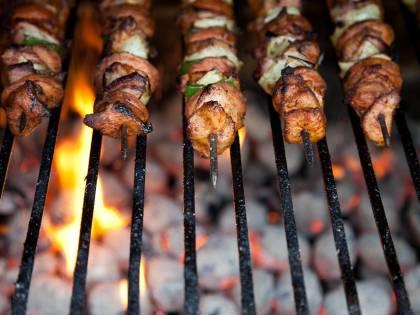 """Barbecue sotto accusa: """"È inquinante, fa male"""". E adesso c'è chi lo vieta"""
