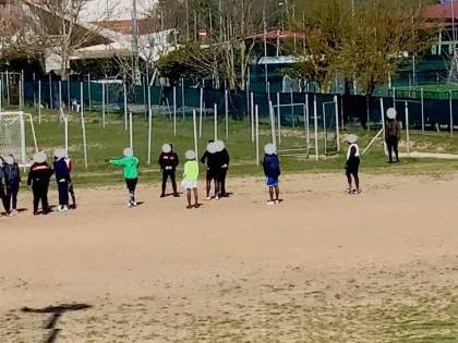 """Carabinieri al campetto di calcio: """"Non si può giocare"""". Polemiche sui social"""