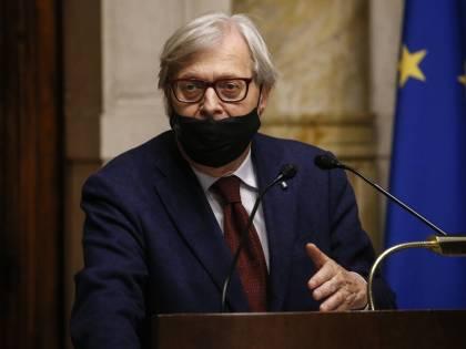 """""""Ho il cancro, chiedo di parlare senza mascherina"""". Sgarbi spiazza Montecitorio"""