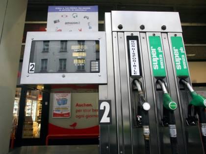 Nuova batosta sui nostri conti: sale ancora la benzina