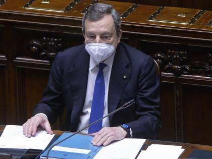 """Draghi: """"Ingannati da AstraZeneca"""". Il nuovo obiettivo: """"Produrre in casa"""""""