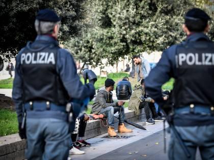 """""""Tre grammi 20 euro"""", la Lega denuncia lo spaccio alla luce del sole a Milano"""