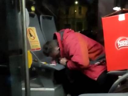 """L'uomo si droga sul bus Atm: """"Soltanto 16 agenti su 4 turni"""""""