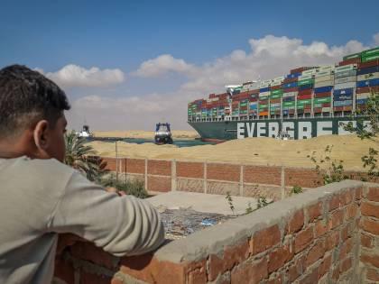 Suez, 14 rimorchiatori in azione In coda per il blocco 321 navi