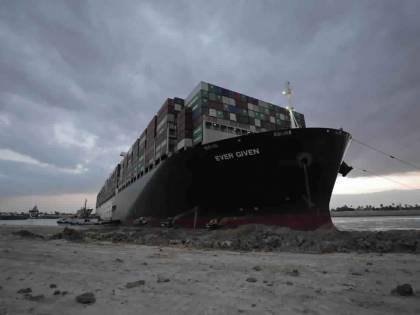 Suez, ci prova il rimorchiatore italiano. Il piano in caso di flop: scaricare il cargo