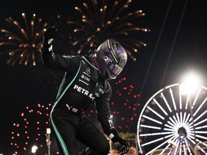 Il trionfo di Hamilton in Bahrain: giallo sul ''sorpasso incriminato''