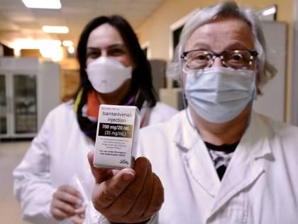 La cura c'è ma nessuno la usa: il mistero (irrisolto) dei monoclonali