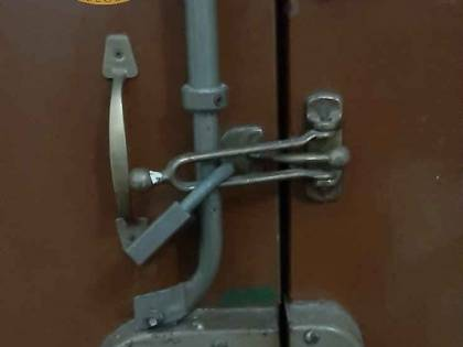 Sequestra e picchia fidanzata mettendo i lucchetti alla porta di casa: arrestato un egiziano