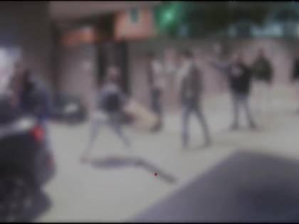 Branco rapina e pesta i passanti a caso: assalto choc all'Arco della Pace