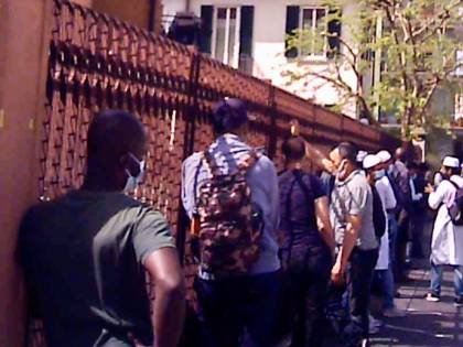 Folla e mascherine abbassate: ecco la moschea abusiva di Milano