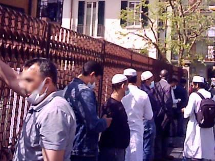 Le immagini dei fedeli assembrati all'esterno della moschea abusiva