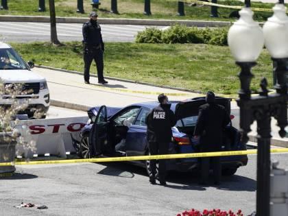 """Auto contro la polizia a Capitol Hill: un agente muore accoltellato. Media Usa: """"L'uomo è estremista islamico"""""""