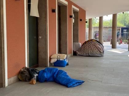 """Milano, città del degrado: """"Tende e senzatetto in pieno centro"""""""