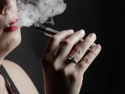 """Il Regno Unito sfida l'Oms: """"Sbagliato equiparare fumo e svapo"""""""