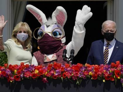 Biden, saluto di Pasqua con coniglio gigante con mascherina