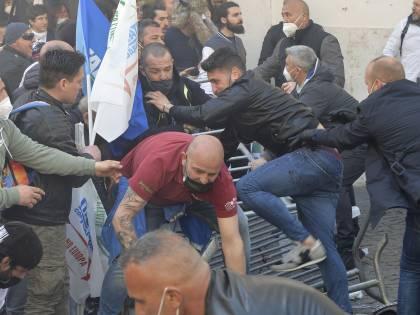 """Botte in piazza e due agenti feriti. """"Noi imprenditori, non delinquenti"""""""