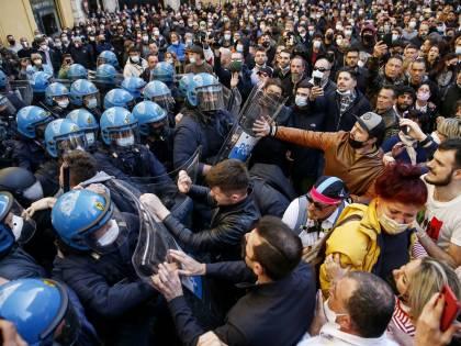 """I commercianti tornano in piazza. """"Con i violenti noi non c'entriamo"""""""