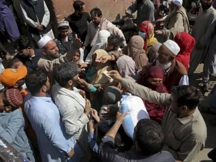 """""""Stupri sono dovuti a come si vestono le donne"""". Bufera sul premier pakistano"""