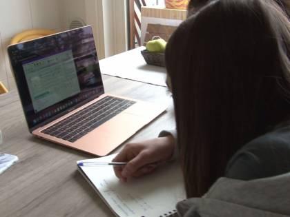 Segregata in casa e minacciata si libera grazie a un'email spedita durante la dad