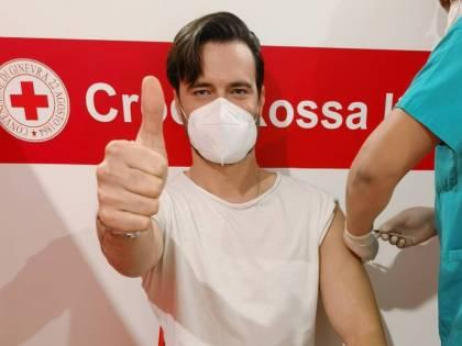 """Il compagno della Boschi si vaccina e il web insorge: """"Così giovane?"""""""