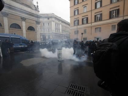 """In piazza la rabbia contro le chiusure. """"Dignità e lavoro"""". Scontri con la polizia: idranti sui violenti"""
