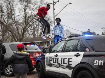 Minneapolis (e Usa) in fiamme. Via agente e capo della polizia