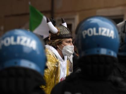 Fascisti, evasori, sfigatissimi: l'odio rosso per l'Italia in ginocchio