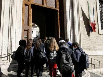 La svolta choc nel Lazio: bagni per trans a scuola