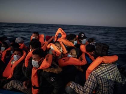 Trucchi e collusioni con i trafficanti. Ecco la maxi inchiesta che inchioda le Ong sui migranti in Italia