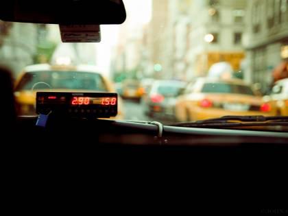 """Corse giù dell'80%, via ai nuovi """"buoni taxi"""". Un anno per fornire l'elenco dei wc pubblici"""