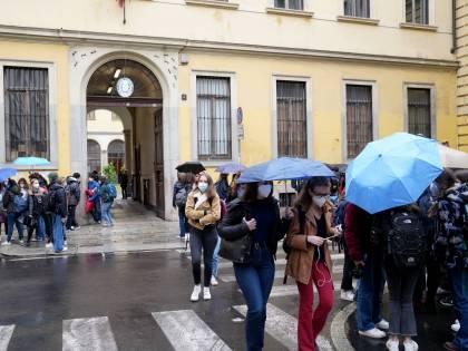 Studenti come sentinelle anti Covid. Ok ai test salivari molecolari in Lombardia
