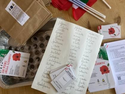 """Il """"kit del nuovo partigiano"""" per i bambini che fa infuriare Lega e FdI"""