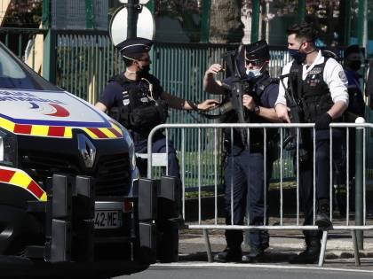 """Ancora terrore a Parigi: poliziotta sgozzata al grido di """"Allah Akbar"""""""