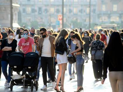 Assembramenti da nord a sud, l'Italia anticipa la zona gialla. A Milano intervengono i carabinieri