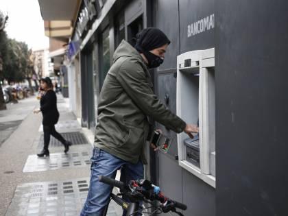La banca che chiude i bancomat: cosa cambia sui contanti