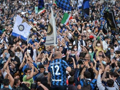 """È bufera sulla festa Inter: """"Assembramenti. Sala dov'è?"""""""