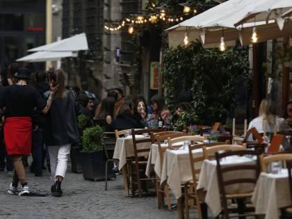 Piove, mette al riparo i clienti: ristoratore multato (e umiliato)