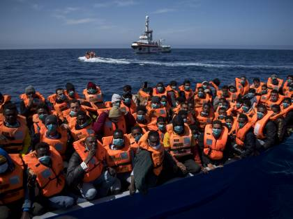 "Mille migranti ""invadono"" l'Italia. Lega in pressing su Draghi"