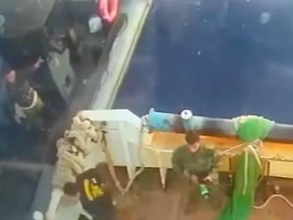 Gli spari, l'abbordaggio: cosa è successo davvero nell'assalto al peschereccio italiano