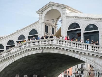 Venezia riscopre l'assalto: in un giorno 30mila turisti (ma con le gondole a secco)